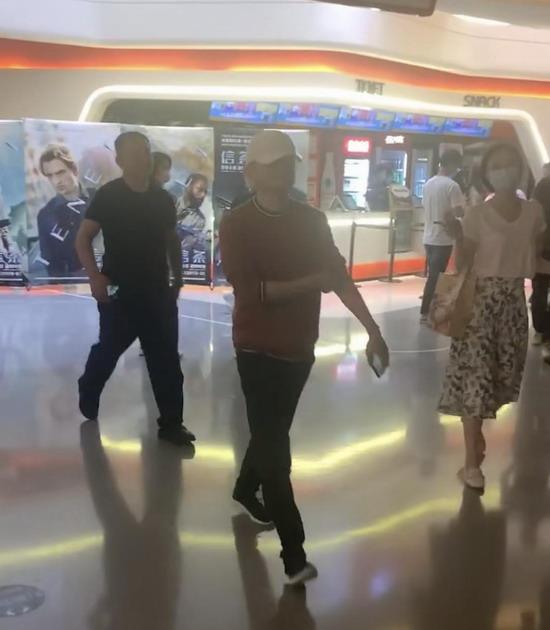马云去影院看电影 《信条》没看完就跑去看《八佰》